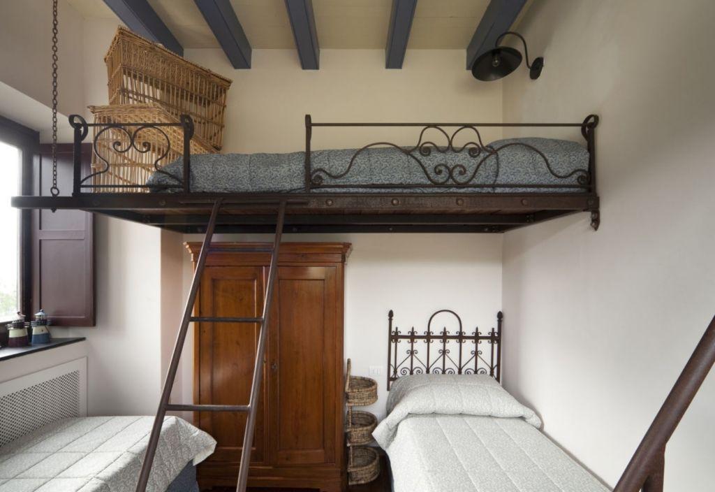 Конструкция такой кровати достаточно надежна и прослужит много лет