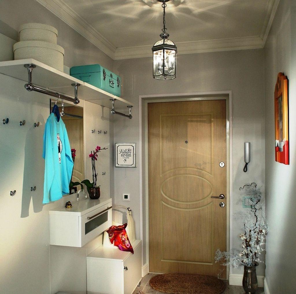 Потолок может быть натяжным или просто оштукатурен в белый цвет