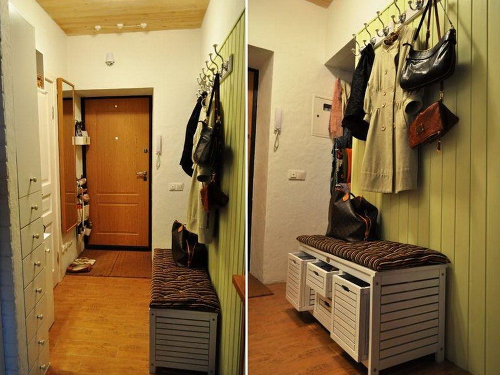 В тумбе могут быть встроены ящики для хранения, что экономит место перед входом