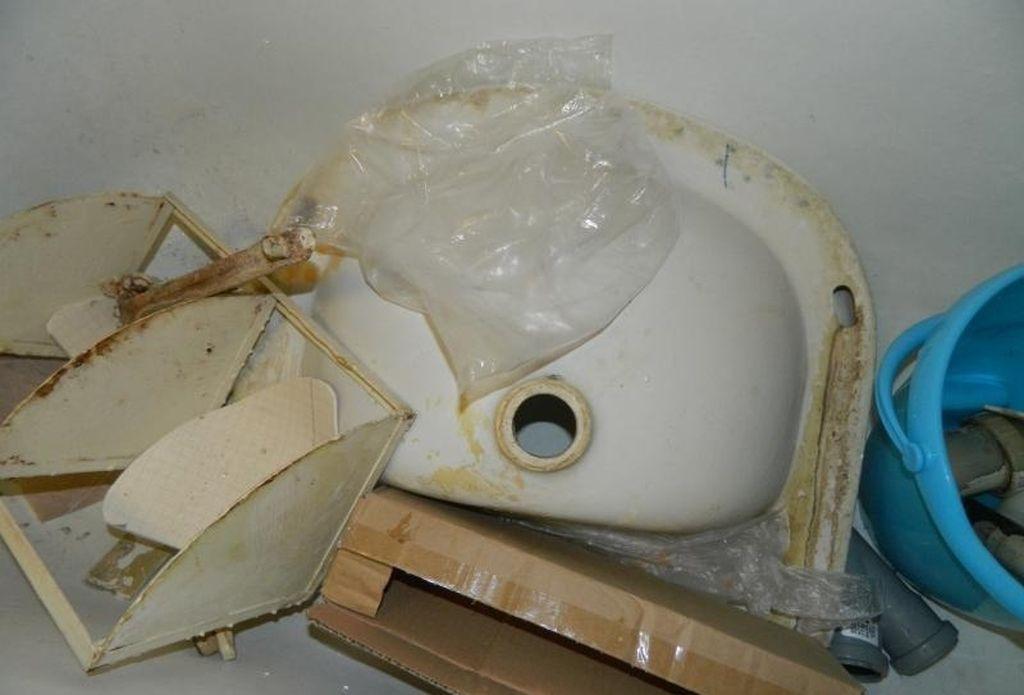 При демонтаже раковины важно следить чтобы чаша не упала на пол