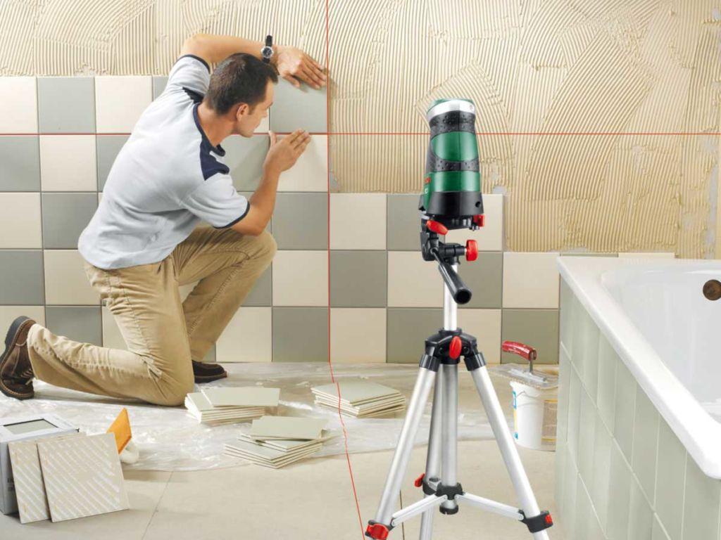 Правильная раскладка плитки в ванной позволяет визуально увеличить ограниченное пространство