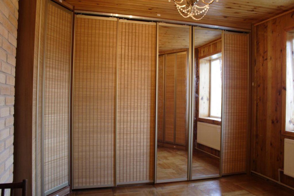 Бамбук наклеивается на полосы из ткани, которые присоединяют к МДФ или ДСП полотнам