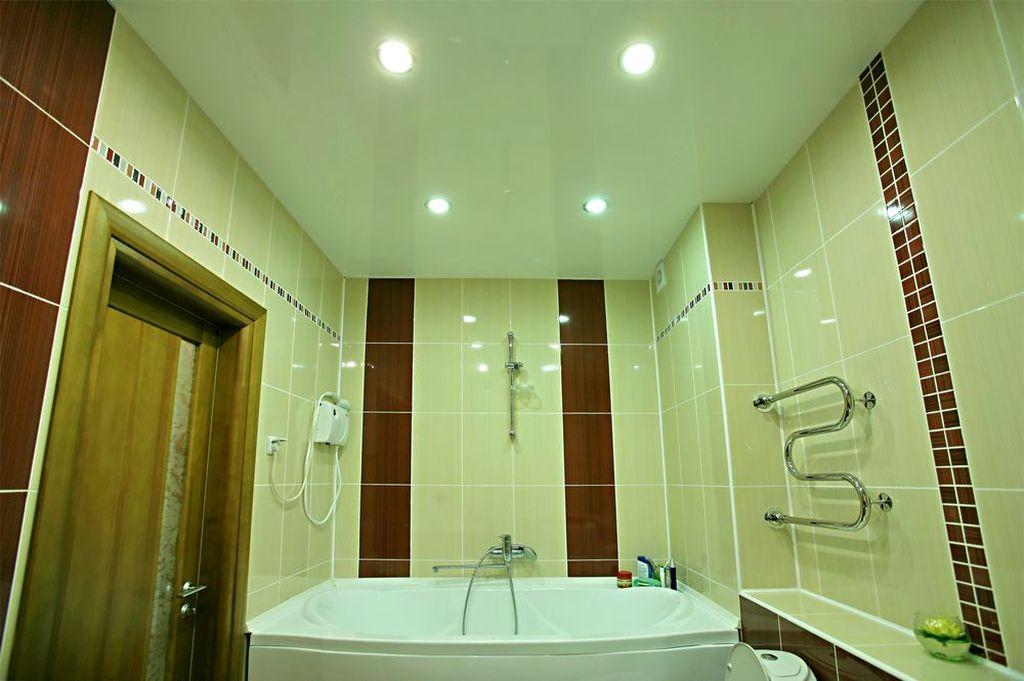 Потолок лучше всего отделывать пластиковыми панелями или сделать натяжным