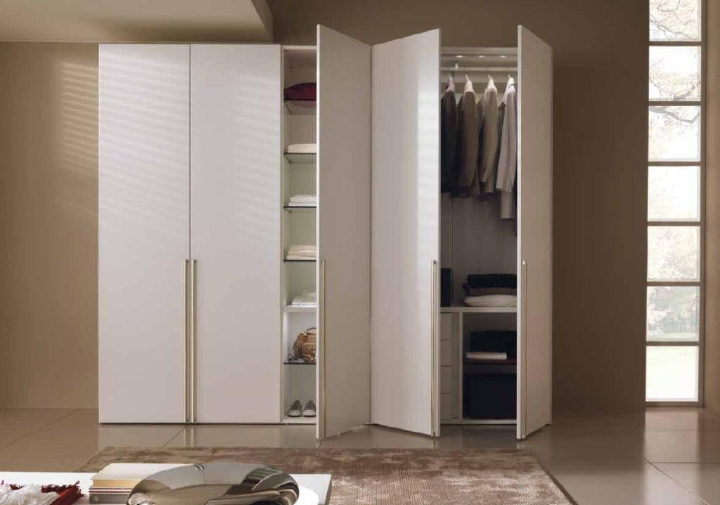 Шкаф с распашной дверной системой