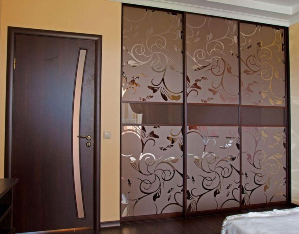 Зеркальные фасад с пескоструйным рисунком