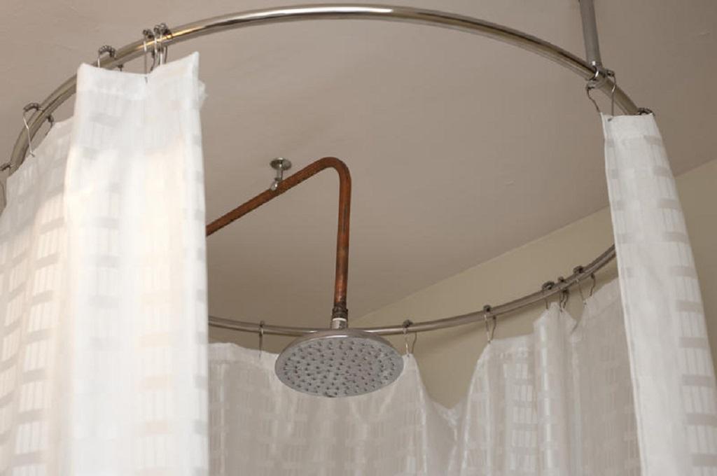 Поскольку ванная может иметь разные размеры и предметы, карнизы и шторы следует подбирать для каждого случая отдельно