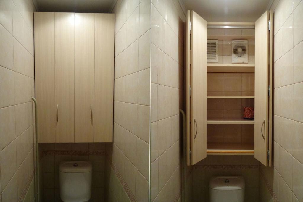 Навесной шкаф – самый популярный вид мебели для туалетных комнат