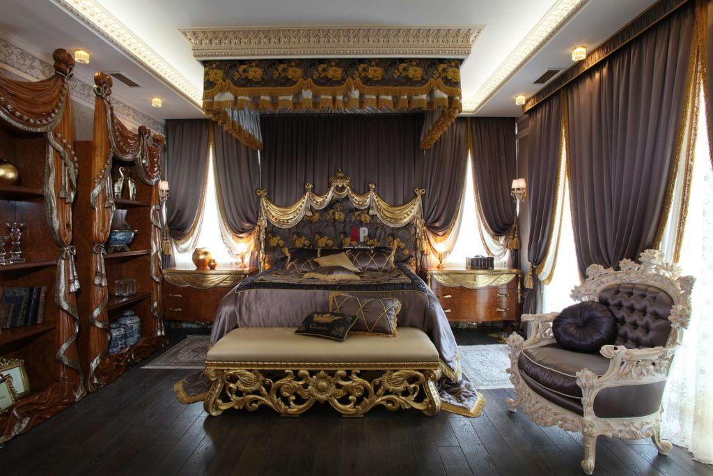 Очень эффектно смотрится в центре комнаты огромная кровать и изящно расписанный балдахин