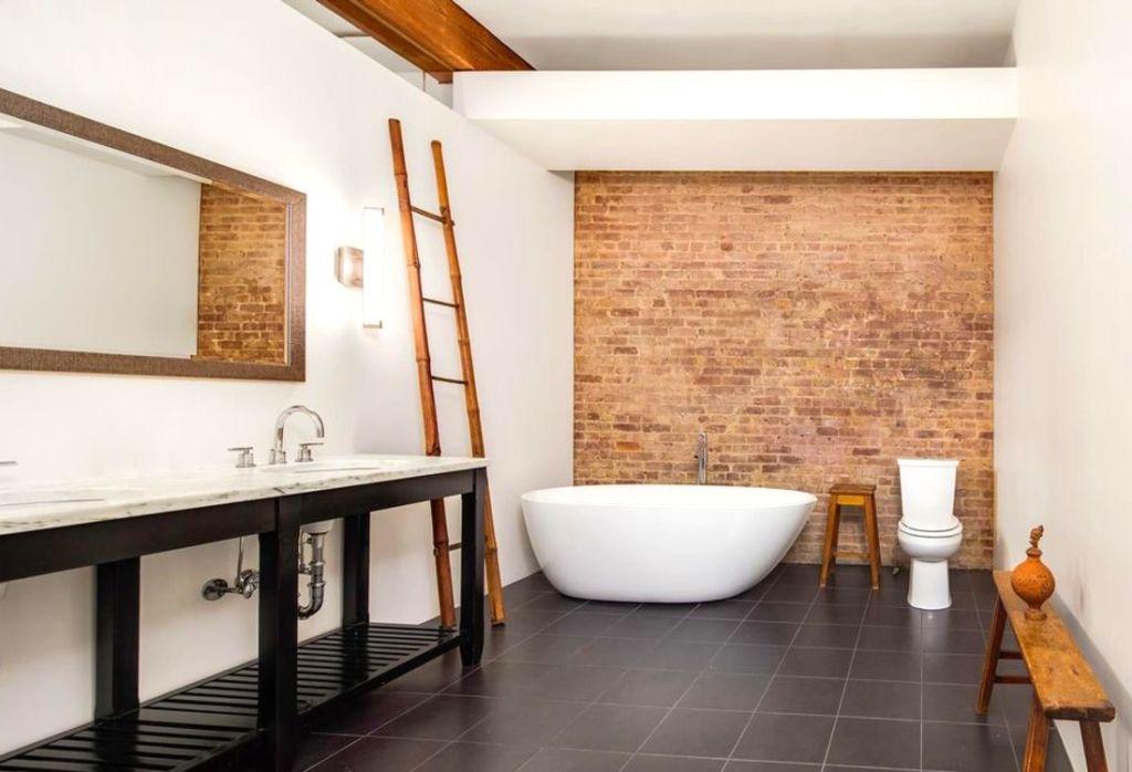 В отделке ванной комнаты в стиле лофт применяют неоштукатуренную кирпичную кладку