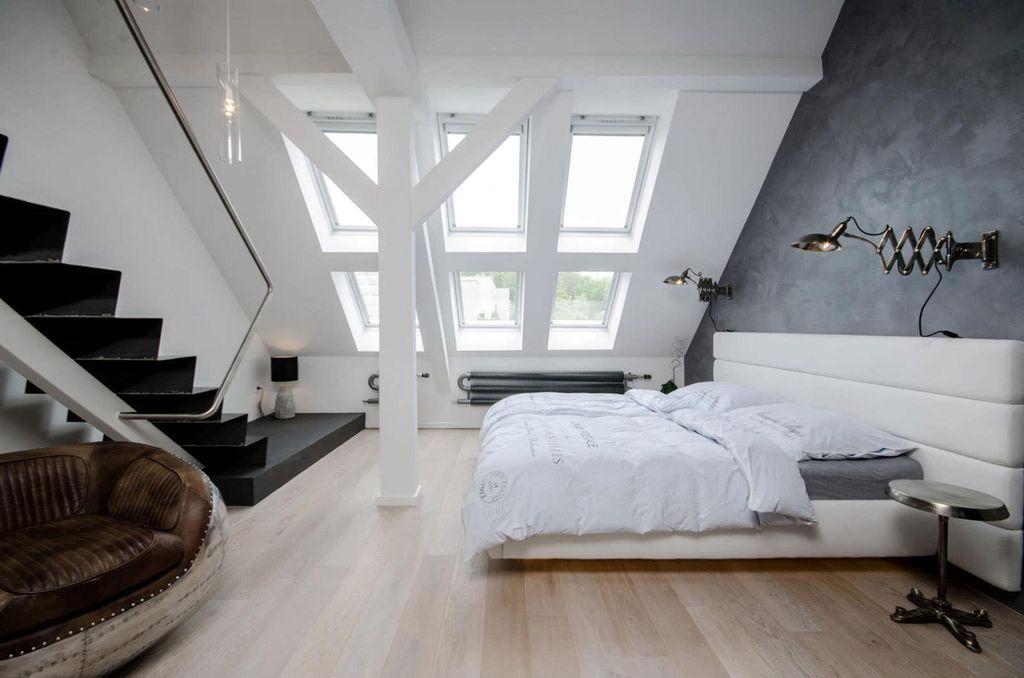 В просторном помещении эффектно будут смотреться большие мансардные окна