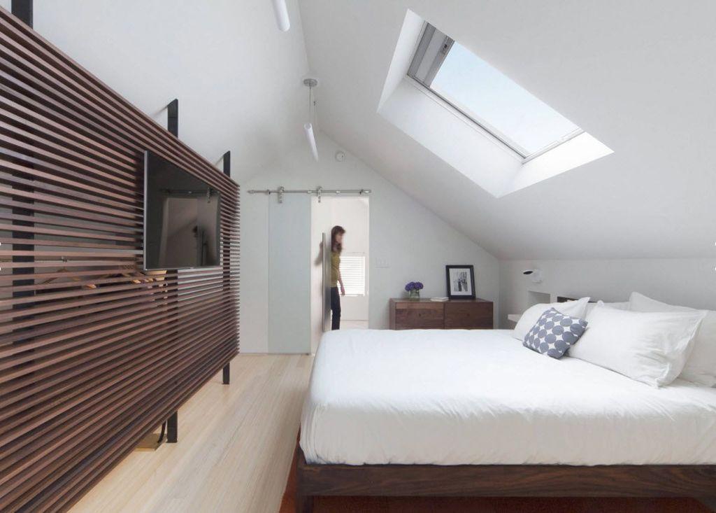 Спальню на мансарде можно зонировать и дополнить ванной, рабочим кабинетом или просторным гардеробом