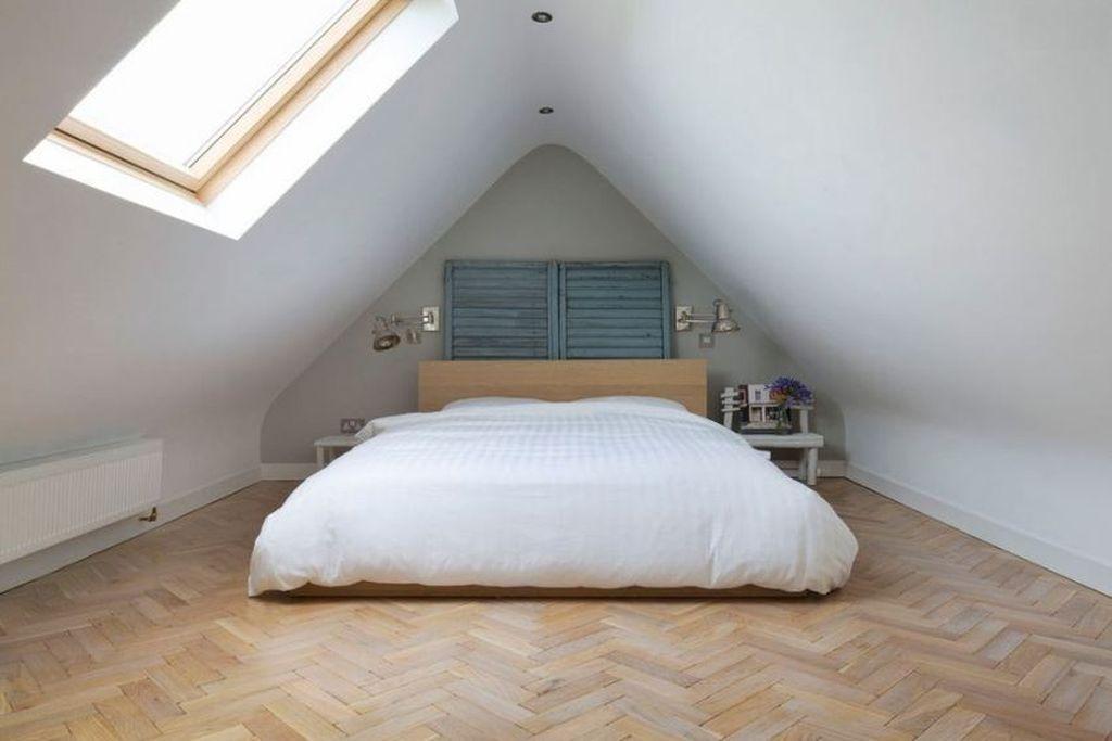 Если скат крыши очень крутой, то спальное место лучше установить в самом высоком месте