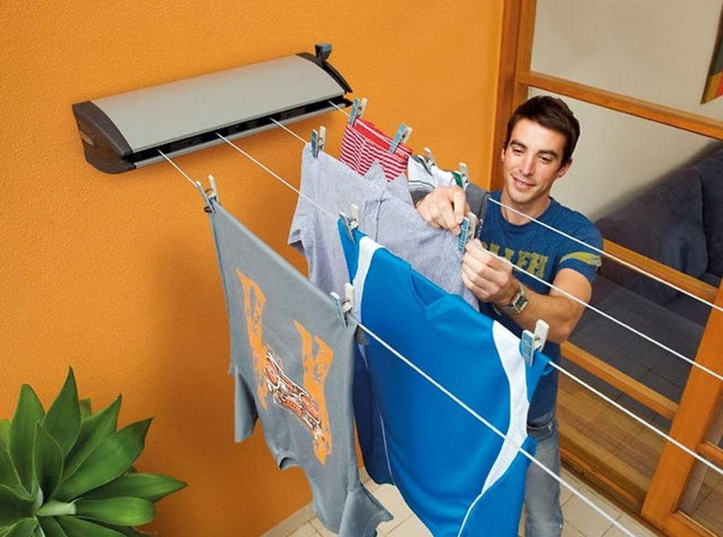 К преимуществам балконных потолочных сушилок для белья можно отнести также простоту, с которой они монтируются