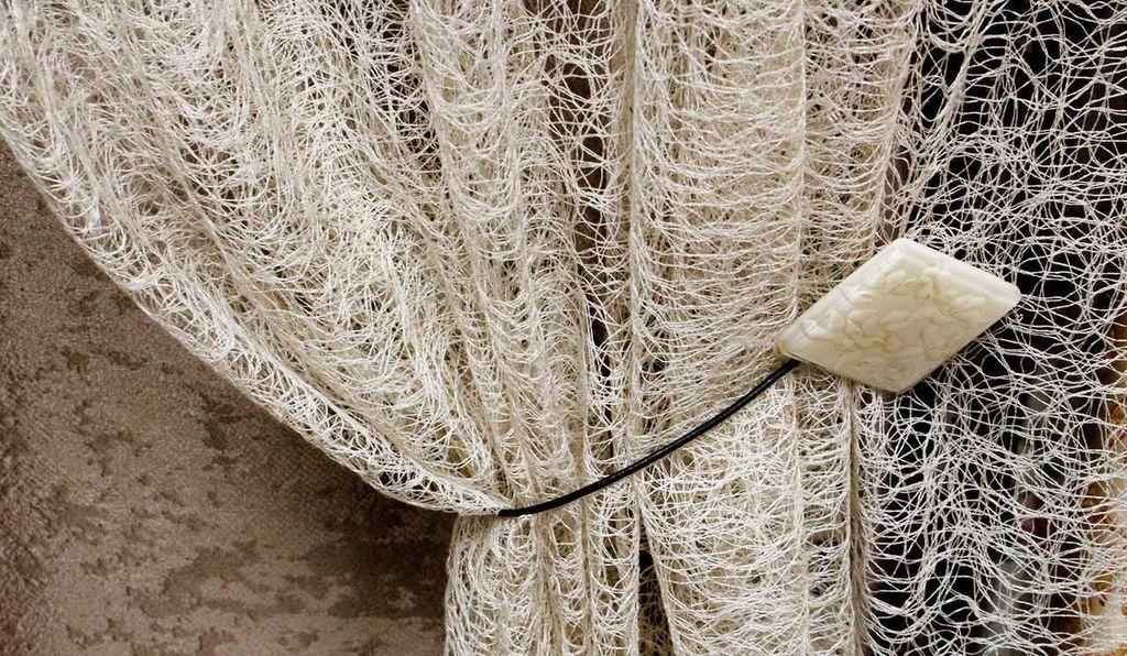 Тюль-сеточка хорошо смотрится в деревенском или прованском стиле, но копит на себе пыль