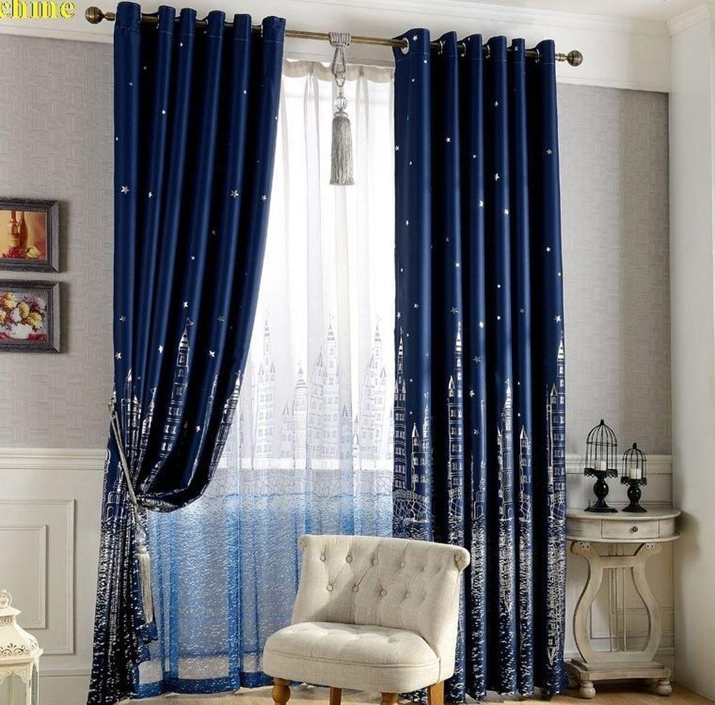Цвет тюли должен быть легким и не представлять из себя яркое пятно в светлой комнате
