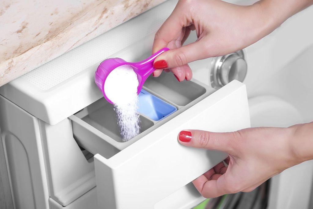 Рекомендуется использовать в два раза меньше стирального порошка, чем в обычном режиме стирки