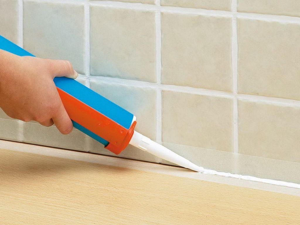 Перед установкой щель между стеной и ванной нужно заполнить герметиком