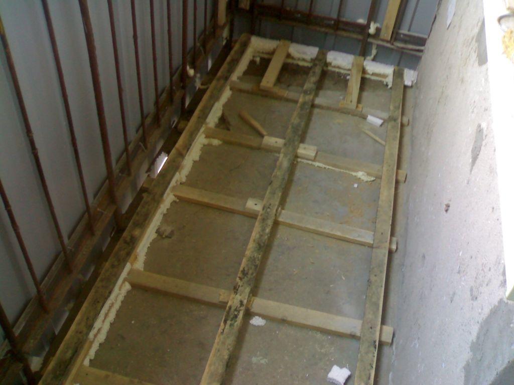 Установка каркаса позволяет поднять покрытие на уровень, достаточный для закладки теплоизоляции