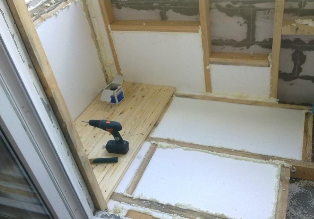 На холодных, открытых лоджиях уместно использовать линолеум и керамическую плитку, на остекленных, теплых балконах – эти и другие виды покрытий