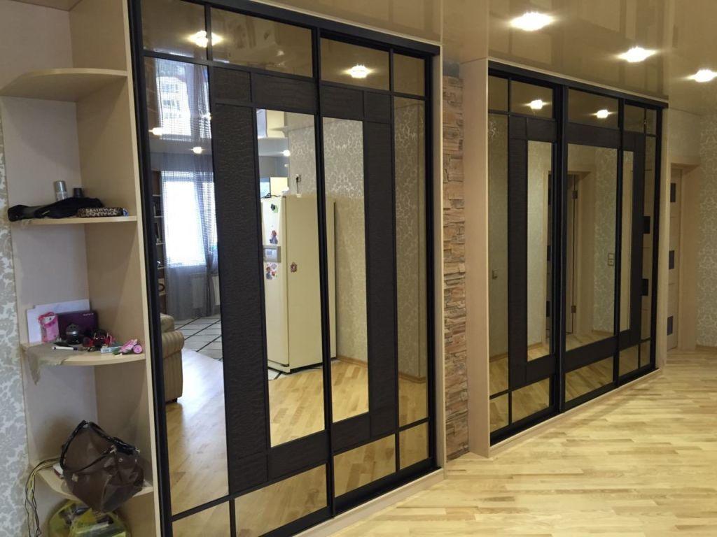 Шкаф купе с зеркальными створками идеально вписывается в интерьер прихожей и других комнат