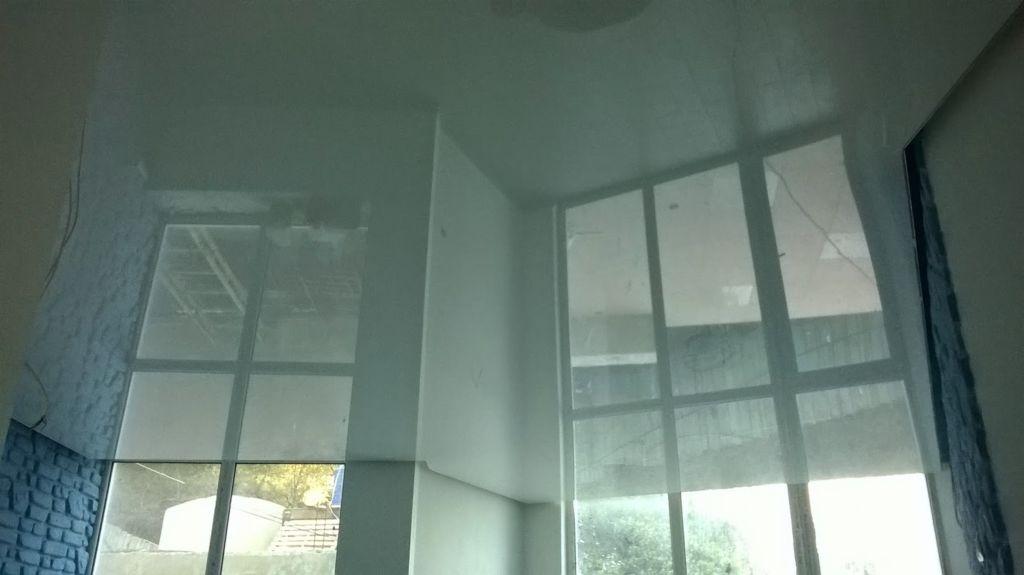 Зеркальная поверхность потолков визуально делает пространство больше