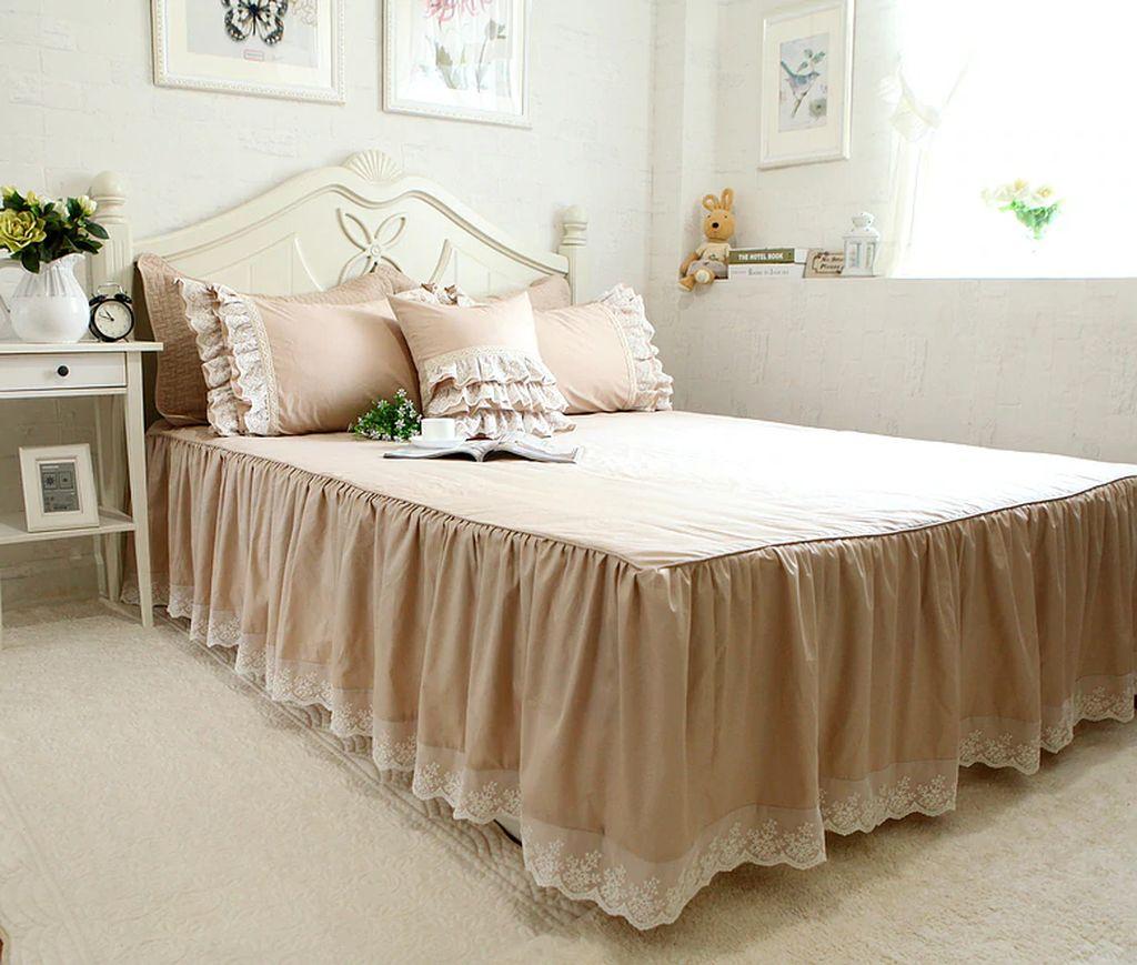 Покрывало с декоративной юбкой смотрится стильно на любой кровати