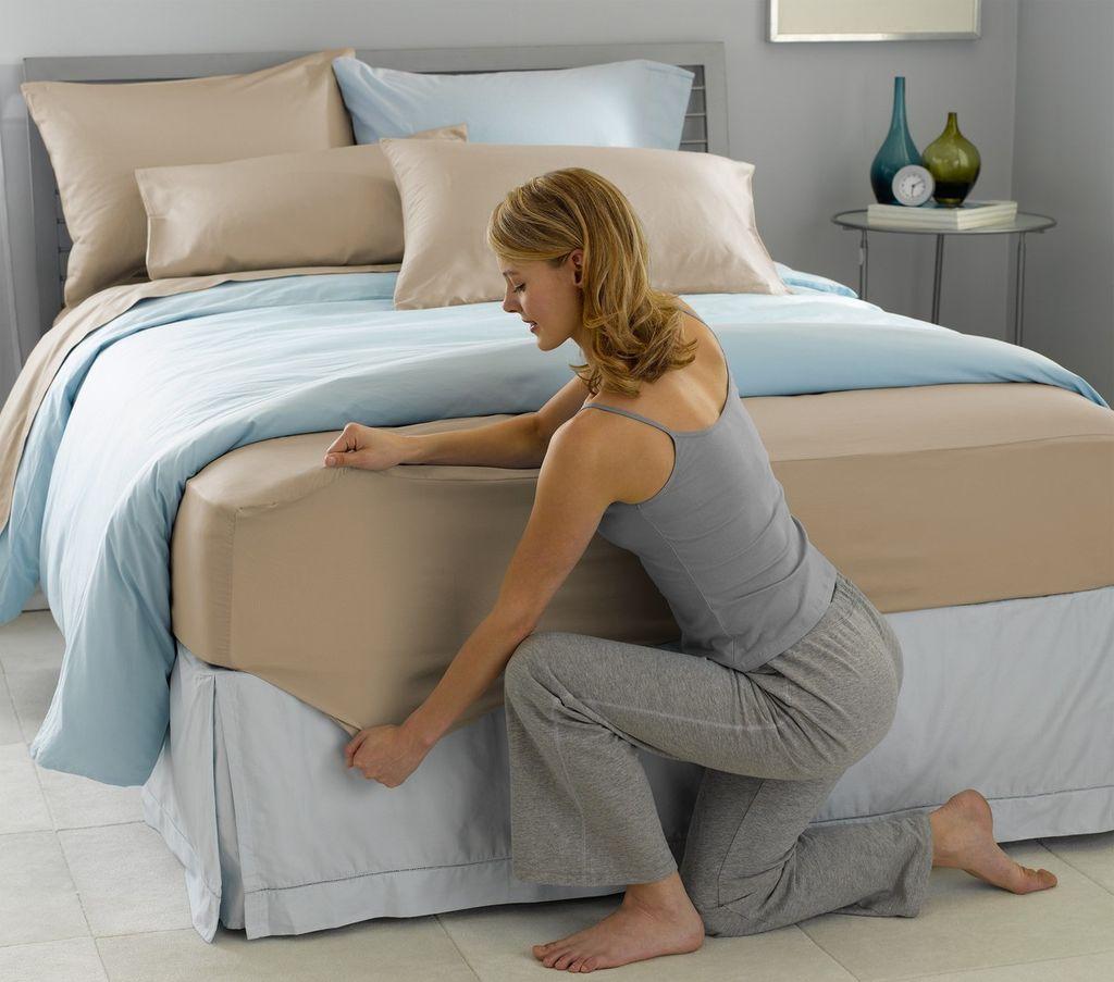 Простынь на резинке значительно упростит процесс заправки кровати