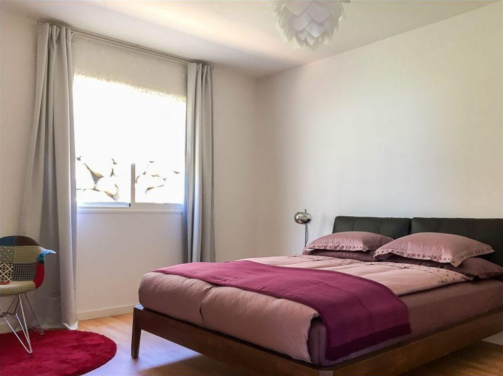 Плед на кровати придаст завершенности красивой заправке покрывалом
