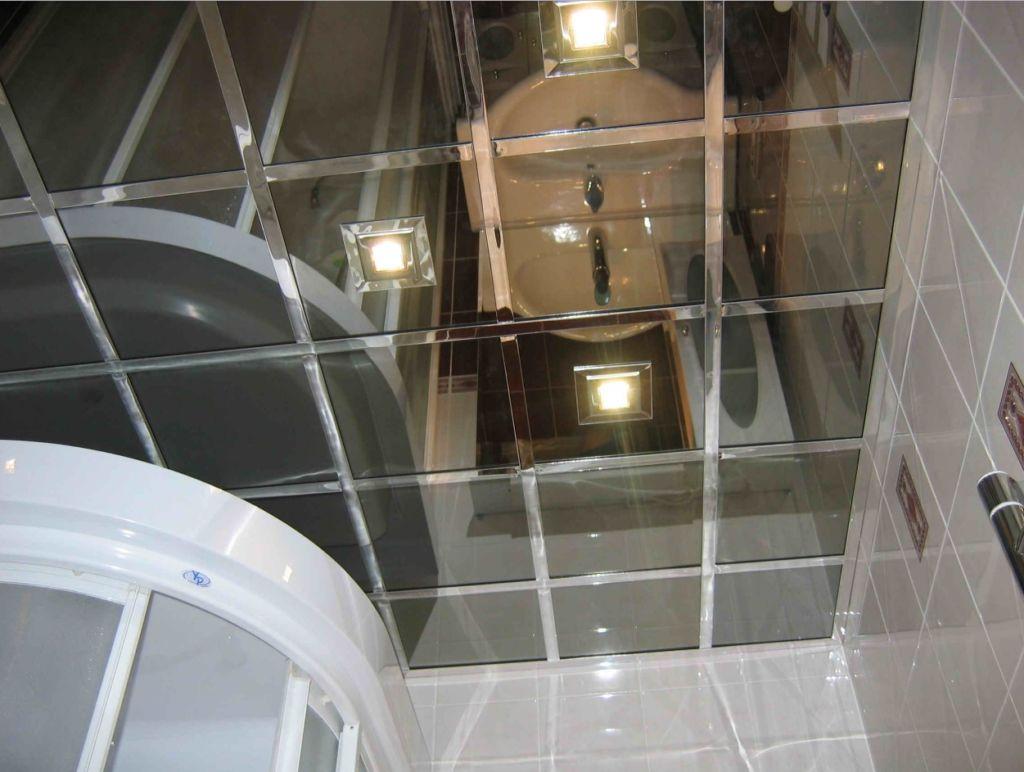 Плиточный зеркальный потолок в ванной