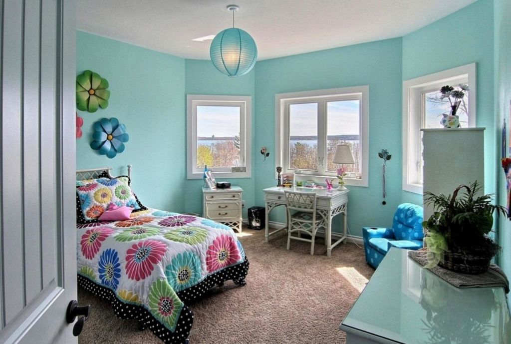 Для юной девушки это может быть комната в романтическом стиле, с множеством различных мелких деталей и оформленная в нежных тонах