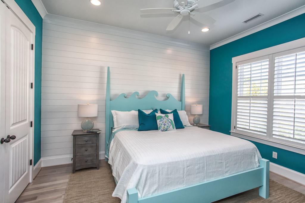 Спальня для взрослой женщины имеет более насыщенные цвета и лаконичное оформление