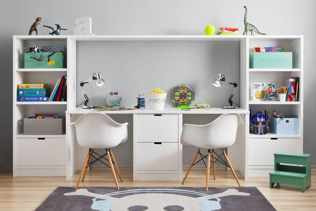 Один письменный стол на двух ребятишек – это очень удачное решение, поскольку так вы можете сэкономить пространство и использовать его более функционально