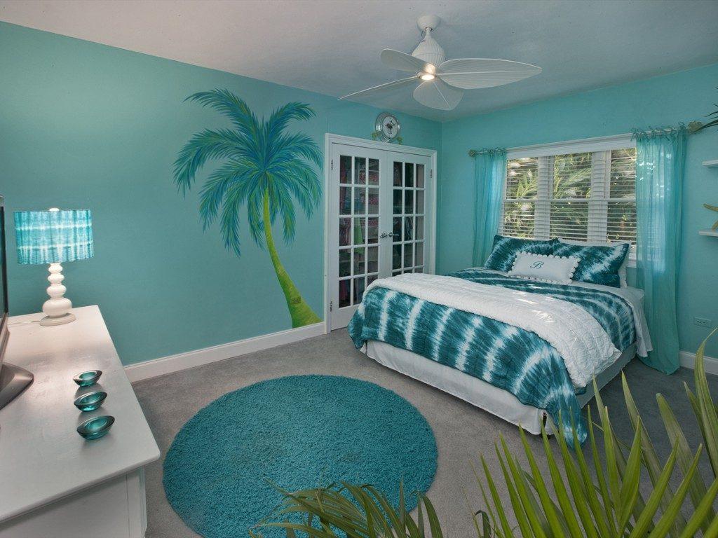 Стены лучше выкрасить в матовую краску бирюзового спокойного оттенка