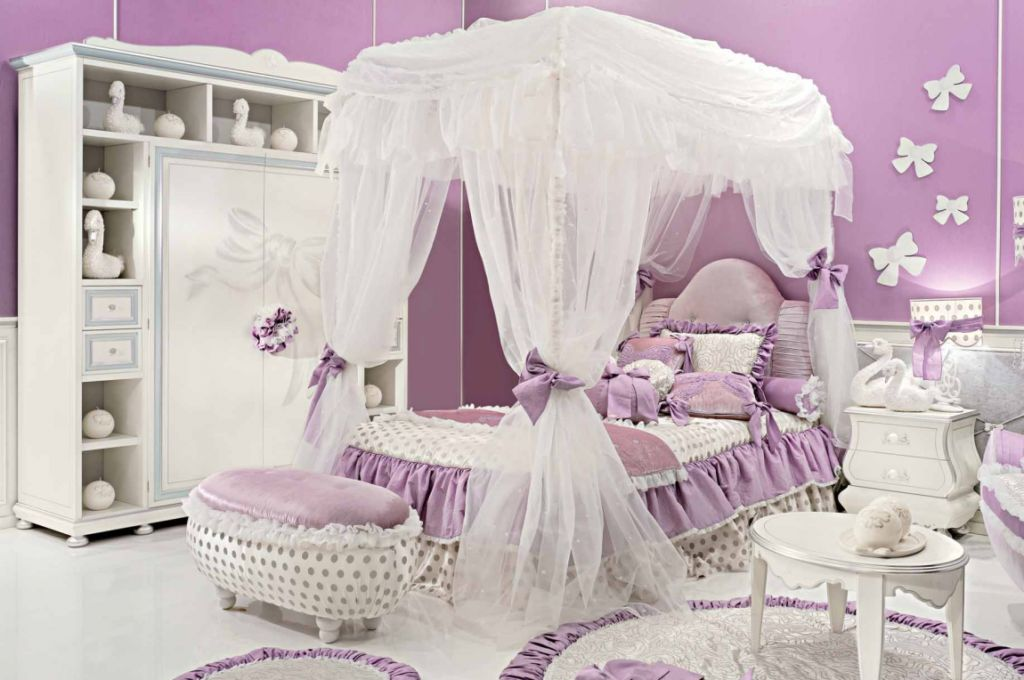 Комната для девочки может быть оформлена в смелом ярком варианте или спокойным лаконичным решением