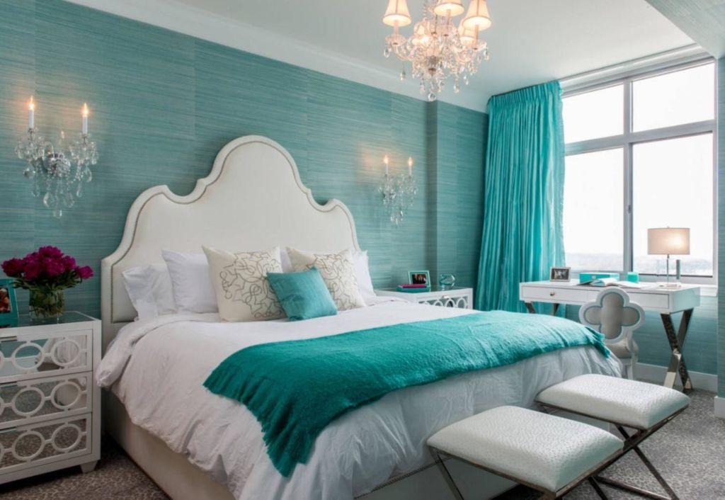 Подобный вариант подходит для тех, кто хочет изменить настроение своей спальни минимальными средствами, и не прибегая к серьезному ремонту