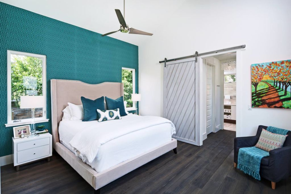 Бирюзовый интерьер спальни подходит для тех, кто хочет создать в доме атмосферу отдыха