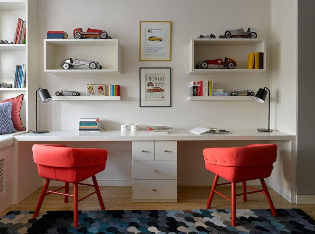 Письменный стол – базовая часть интерьера учебной зоны в детской комнате