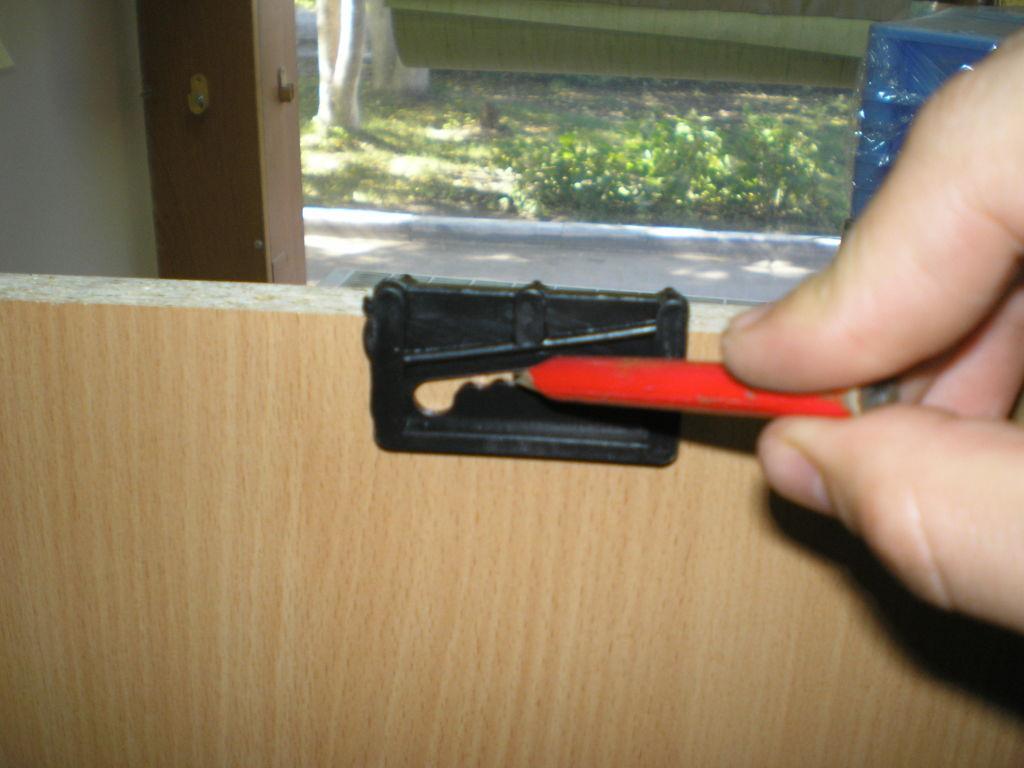 Отмечаем карандашом место прорези