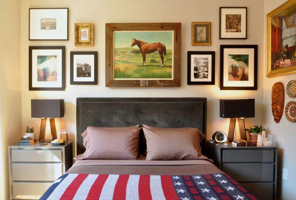 Большая красивая картина в спальню над кроватью – это один из излюбленных приемов дизайнеров интерьера