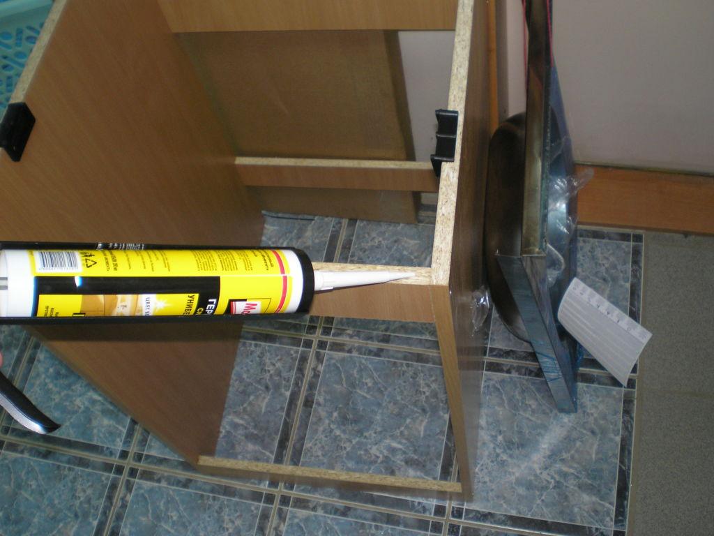 Наносим на верхнюю часть подстолья (срез ДСП) силиконовый герметик, что бы создать водонепроницаемый барьер между подстольем и мойкой