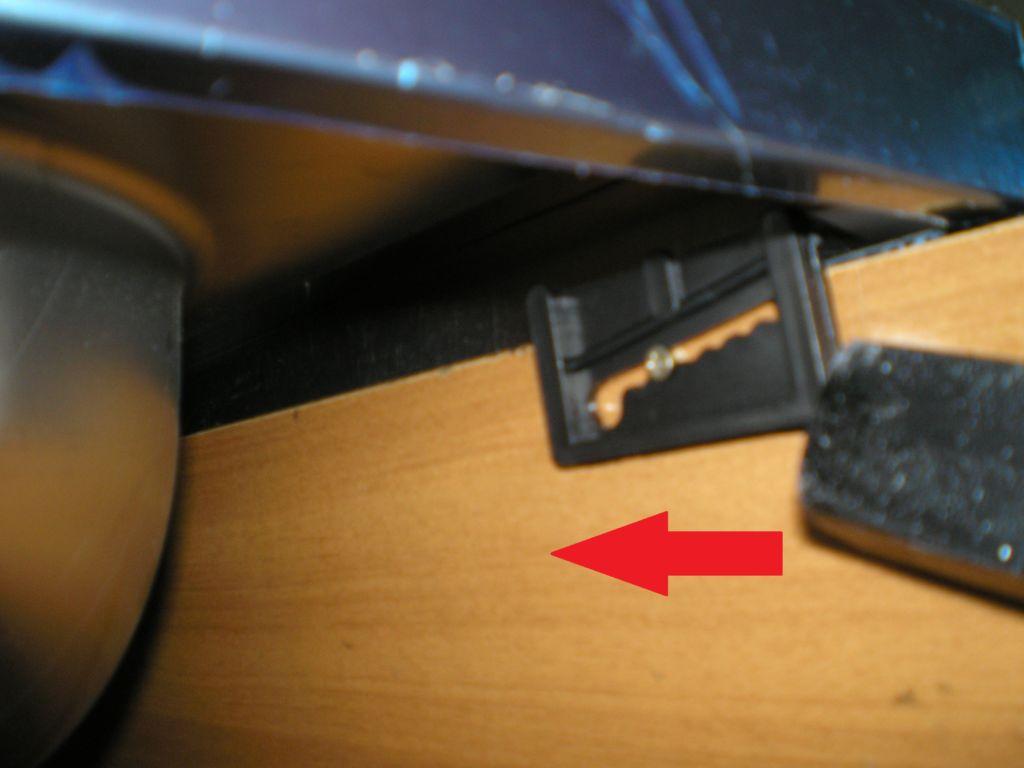 Аккуратно переворачиваем мойку и вставляем её в отверстие, стараясь не задеть нанесённого на края герметика
