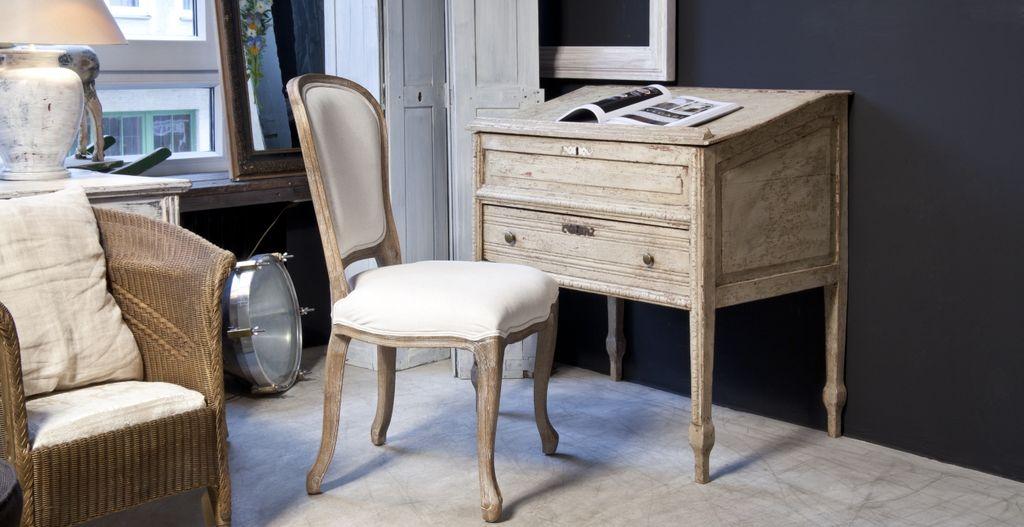 Секретер совмещает в себе и стол, и небольшой шкаф