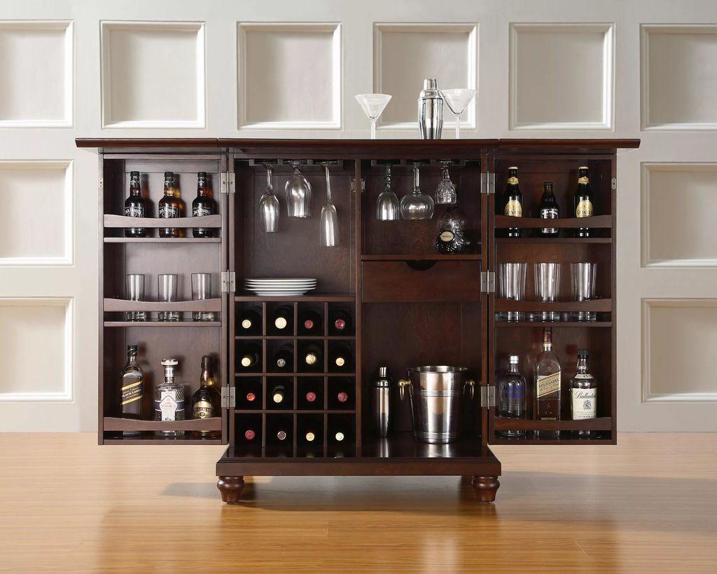 В баре хранится алкоголь и посуда