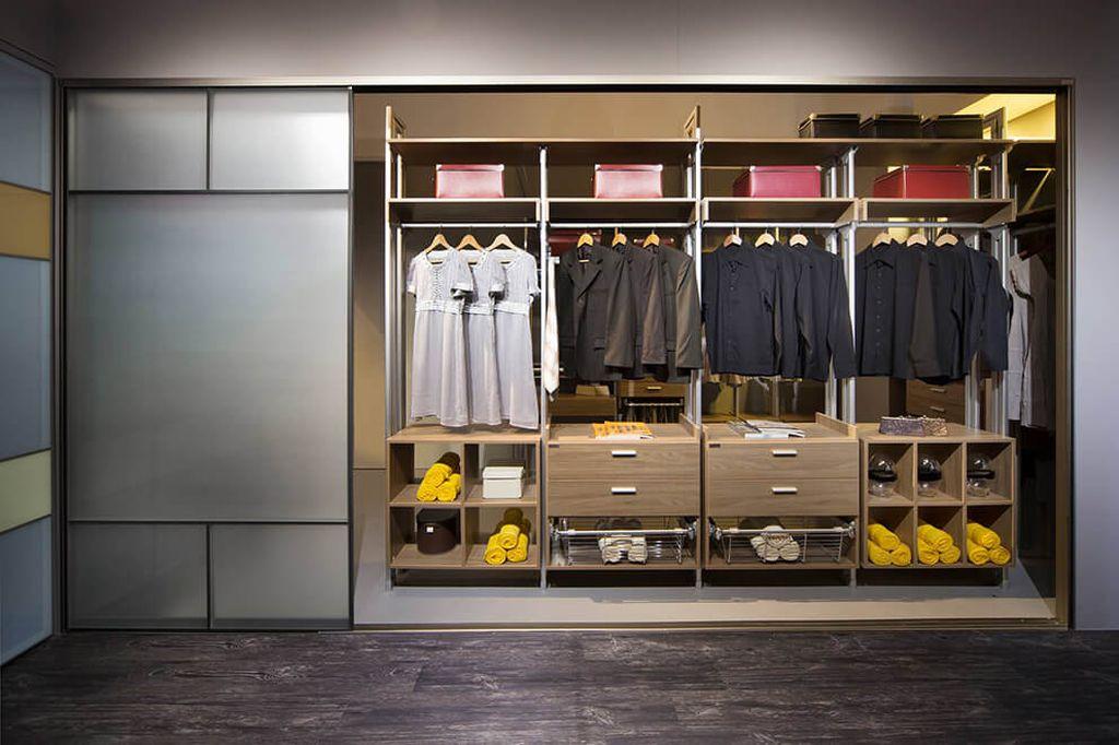 Помимо одежды в шкафу купе можно предусмотреть место для пылесоса и гладильной доски