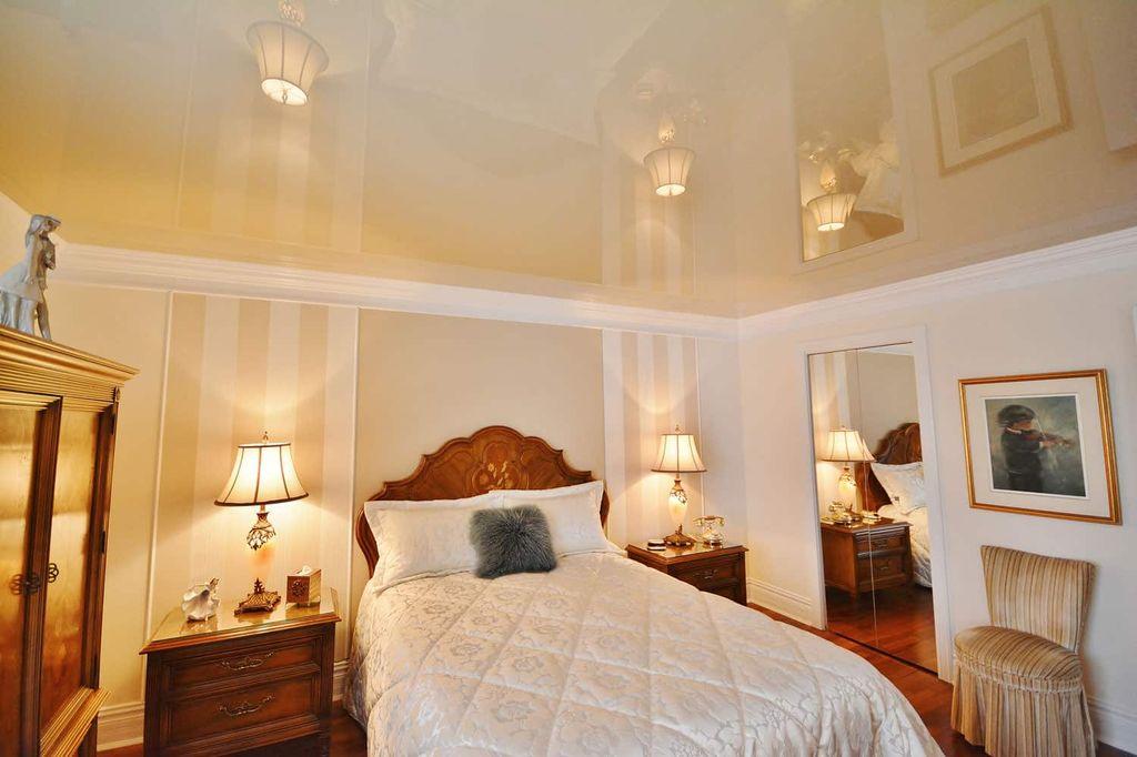 Глянцевые натяжные потолки имеют зеркальный эффект независимо от цвета