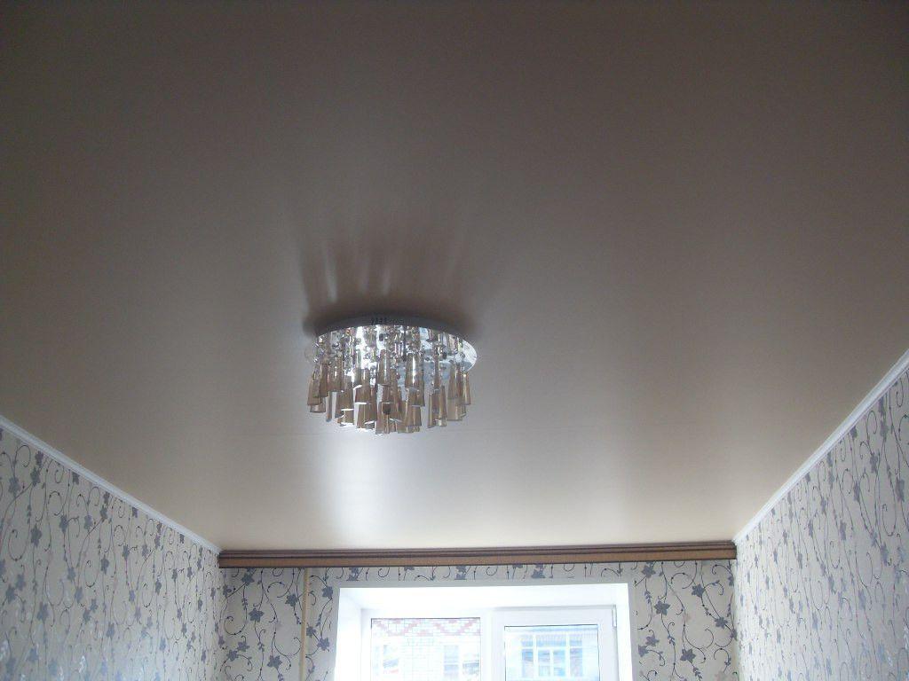 Сатиновый потолок лишь имитирует натуральное покрытие с таким названием