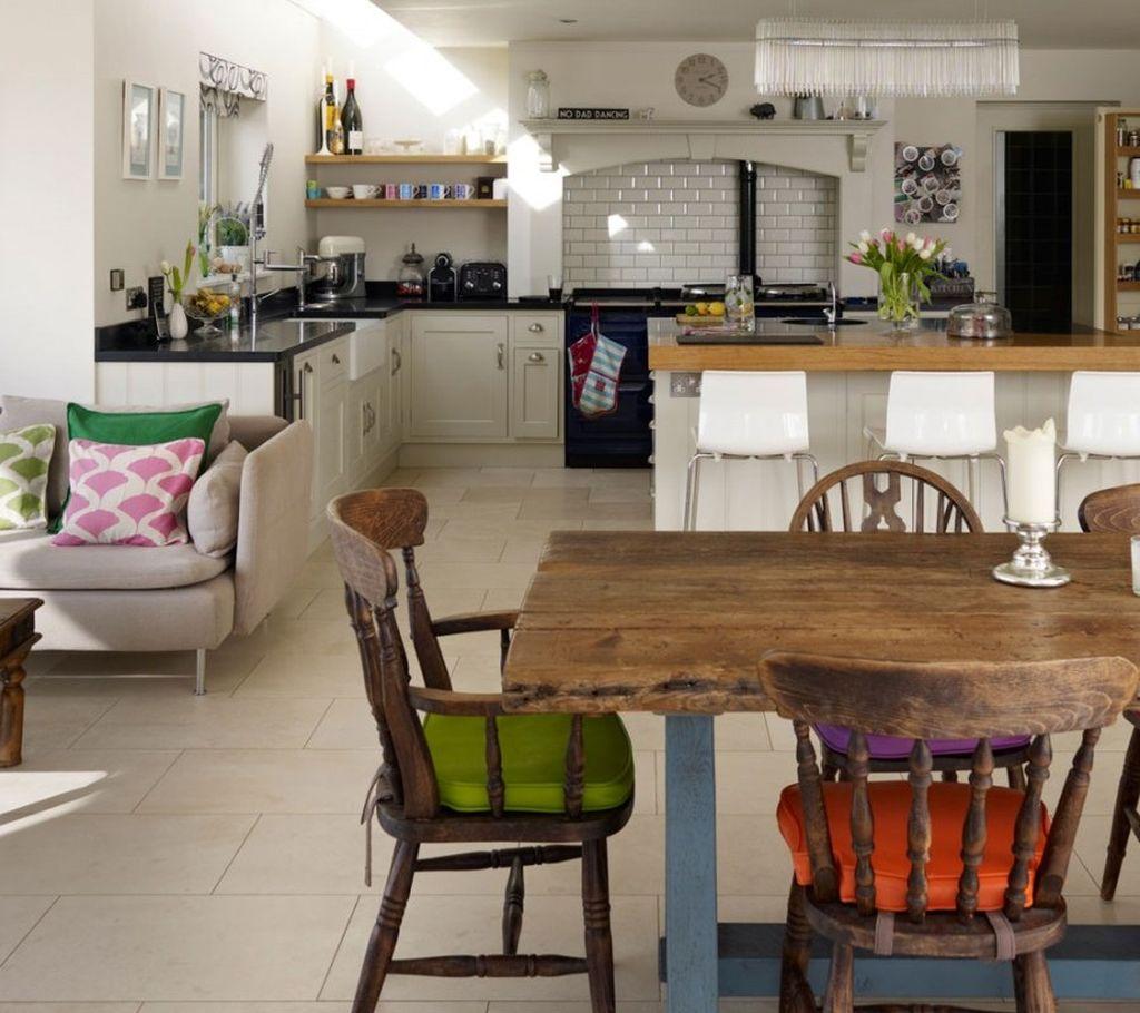 При большом количестве проживающих в доме необходимо обустроить просторную гостиную или столовую