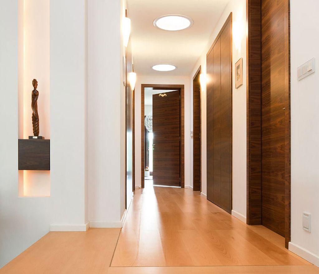 Самая удобная планировка такого дома - когда вход в каждую из спален осуществляется из общего коридора