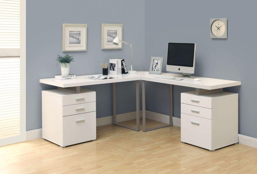 Угловой письменный стол для двоих детей хорошо организует пространство комнаты
